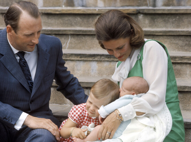 GIFTERING: Kronprins Harald med kronprinsesse Sonja og barna prinsesse Märtha Louise og prins Haakon på Skaugum etter hjemkomsten fra Rikshospitalet. På høyre hånd har den daværende kronprinsen gifteringen han fikk i anledning bryllupet med Sonja 29. august 1968. Foto: NTB Scanpix