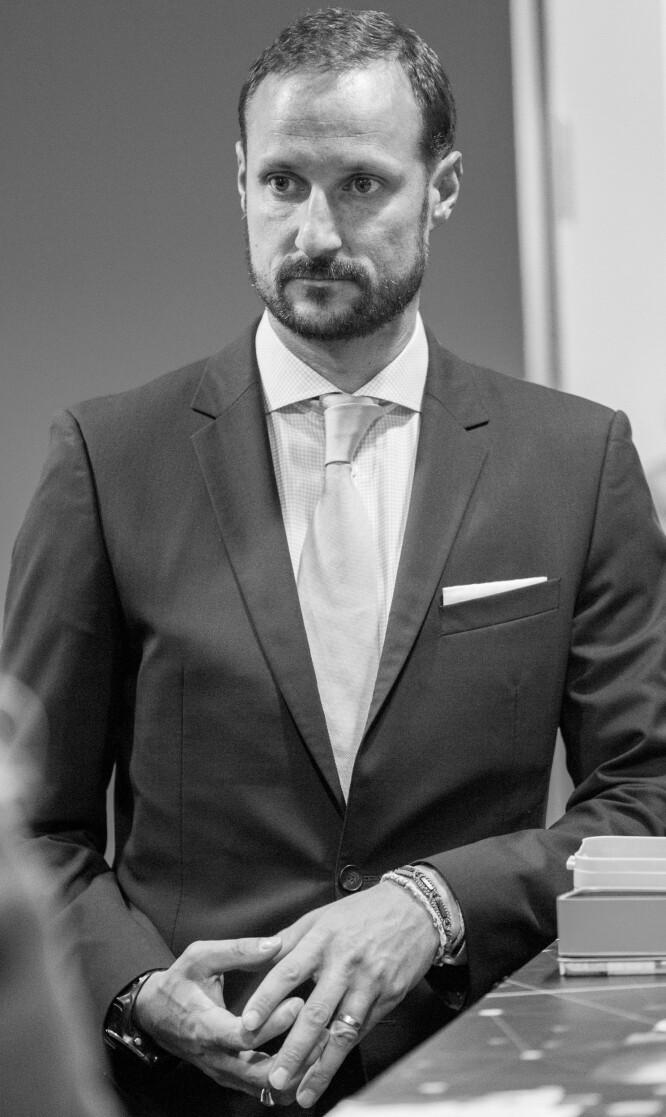 <strong>BRUKER SMYKKER:</strong> I motsetning til prins William av Storbritannia bruker kronprins Haakon både ringer og armbånd. Foto: NTB Scanpix