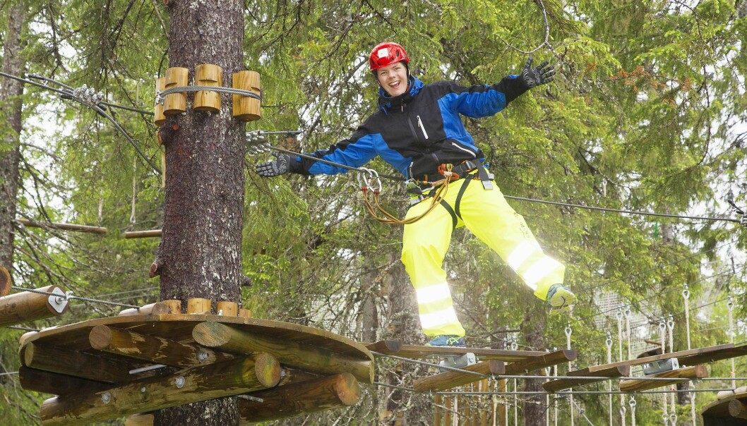 FULL FART: Simen elsker å være i aktivitet, og bruker fritiden på sykkel og friidrett. Her balanserer han mellom tretoppene i Rypetoppen Adventurepark under fjorårets Burn Camp i Trøndelag