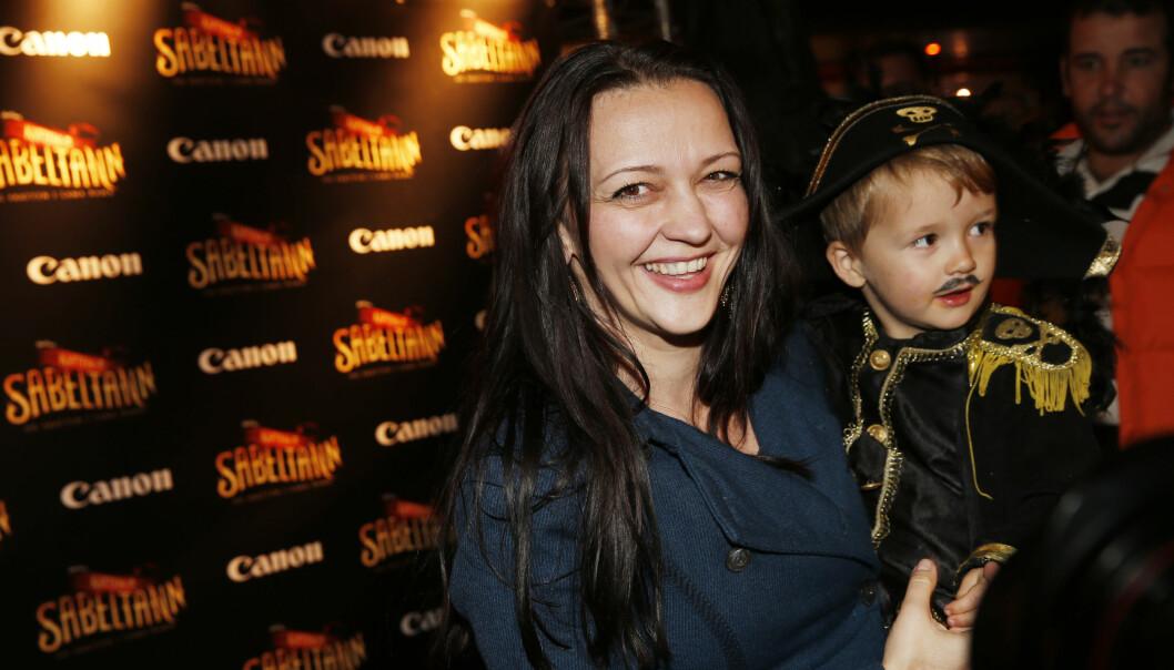 MED SØNNEN: Lise Myhre og sønnen Storm på filmpremiere på «Kaptein Sabeltann og Skatten i Lama Rama» i 2014. Foto: NTB Scanpix