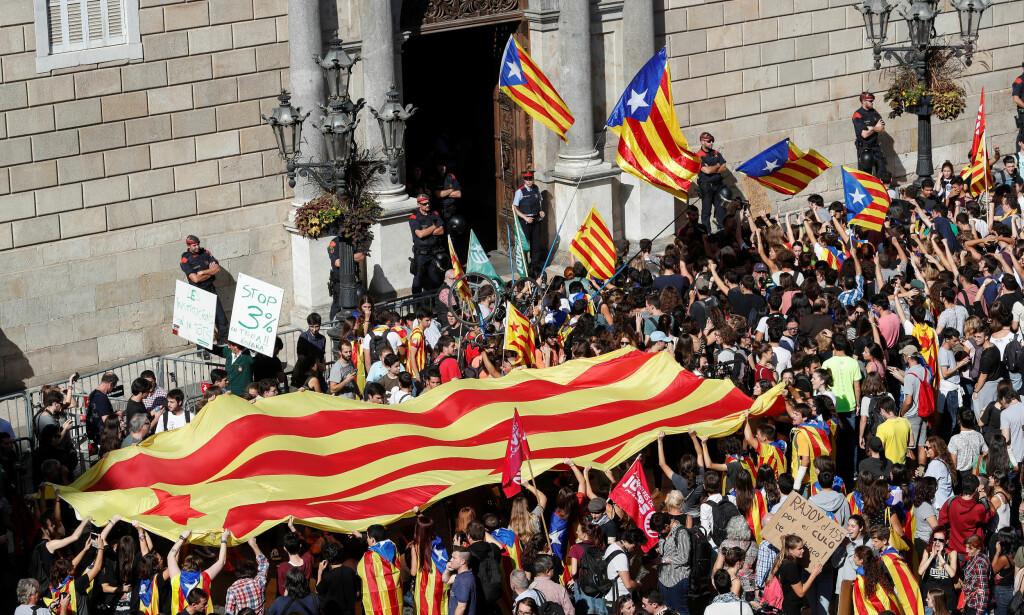 FJERNSTYRE: Folk samlet utenfor La Generalitat i Barcelona torsdag. De skal ikke bli lett for statsminister Mariano Rajoy å få folk i Catalonia til å godta et midlertidig styre fra Madrid. Kanskje vil det vise seg umulig. Foto: REUTERS / NTB Scanpix / Yves Herman