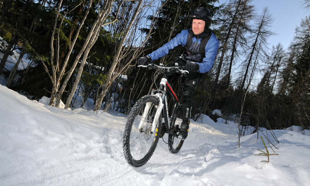 UT I SNØEN: Morten Karlsen har mange sesonger bak seg som vintersyklist. Han vet hva han snakker om når det gjelder piggdekk. Foto: Geir Otto Johansen