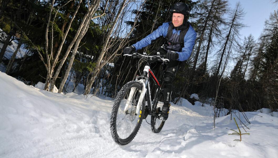 <strong>UT I SNØEN:</strong> Morten Karlsen har mange sesonger bak seg som vintersyklist. Han vet hva han snakker om når det gjelder piggdekk. Foto: Geir Otto Johansen