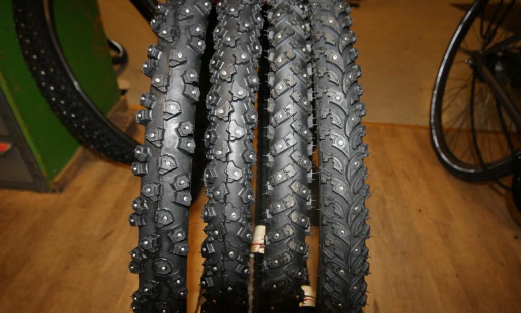 VALGETS KVALER: Her ser du sykkel-piggdekk med henholdsvis 294, 240, 160 og 106 pigger. Hva du skal velge avhenger av hvor du skal kjøre. Foto: Thomas Strzelecki