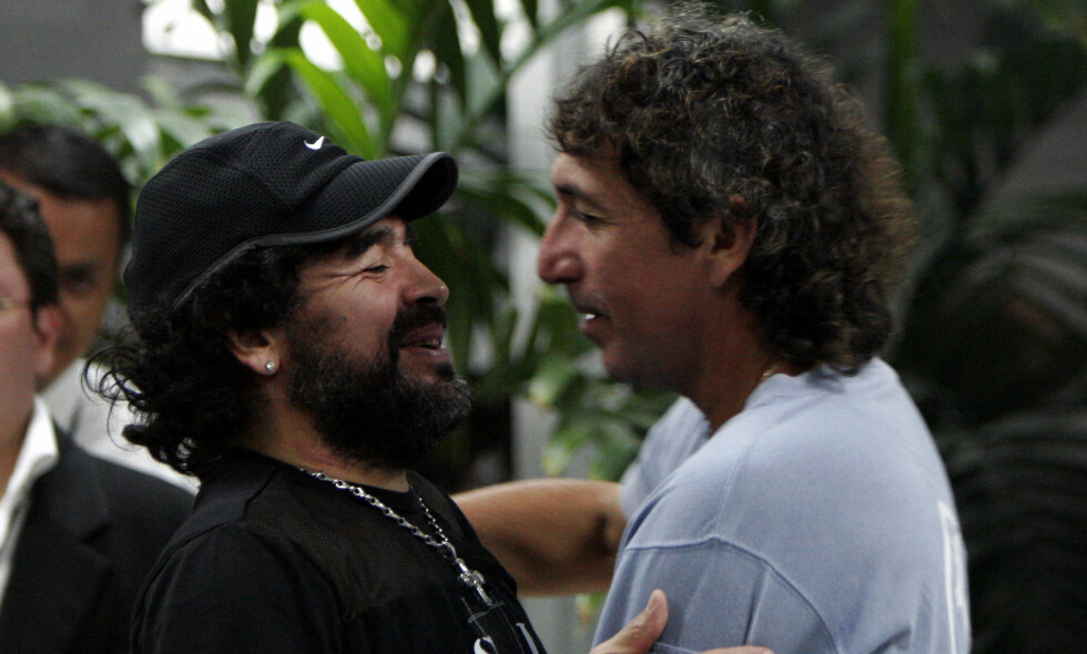GODE VENNER: Diego Armando Maradona sammen med Jorge 'Magico' Gonzalez. Foto: AP Photo/Luis Romero/NTB Scanpix