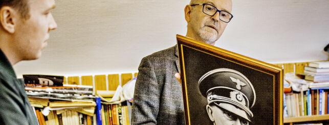 image: - Det er et heroiserende bilde av Hitler, og det at det er produsert i 2011, nei, jeg liker ikke det