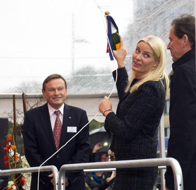 PENGER INN: Kronprinsesse Mette-Marit døpte skipet Viking Prinsess i Bergen i 2012. Oppmerksomheten var stor. Skipet ble bygget av Kleven Verft. Som takk ga verftet 25 000 kroner til Kronprinsparets fond. Adm.dir. Ståle Rasmussen fra Kleven til høyre. Foto: Marit Hommedal / NTB scanpix