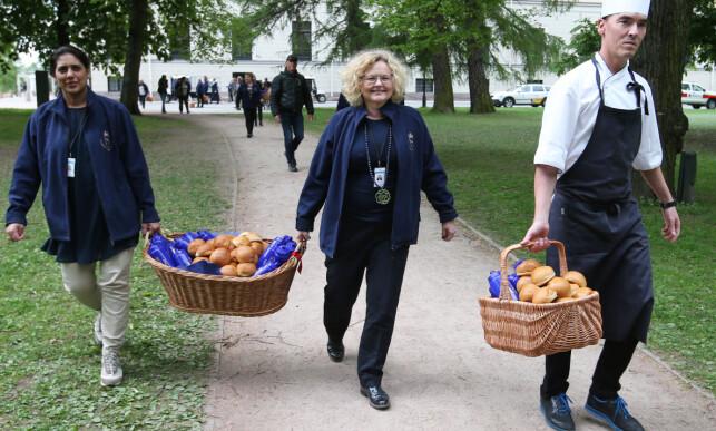 GAVER FRA HOFFET: Kongens hoff har gitt penger til fondet. Her er hoffsjef Gry Mølleskog (midten) under åpningen av Prinsesse Ingrid Alexandras Skulpturpark. 19. mai. Foto: Lise Åserud / NTB scanpix