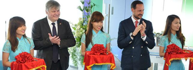 KASTET GLANS: Kronprins Haakon kastet glans og åpnet DNVs nye kontorer i Vietnam våren 2014 med selskapets direktør Henrik O. Madsen. Turen var planlagt av utenriksdepartementet. Foto: DNV