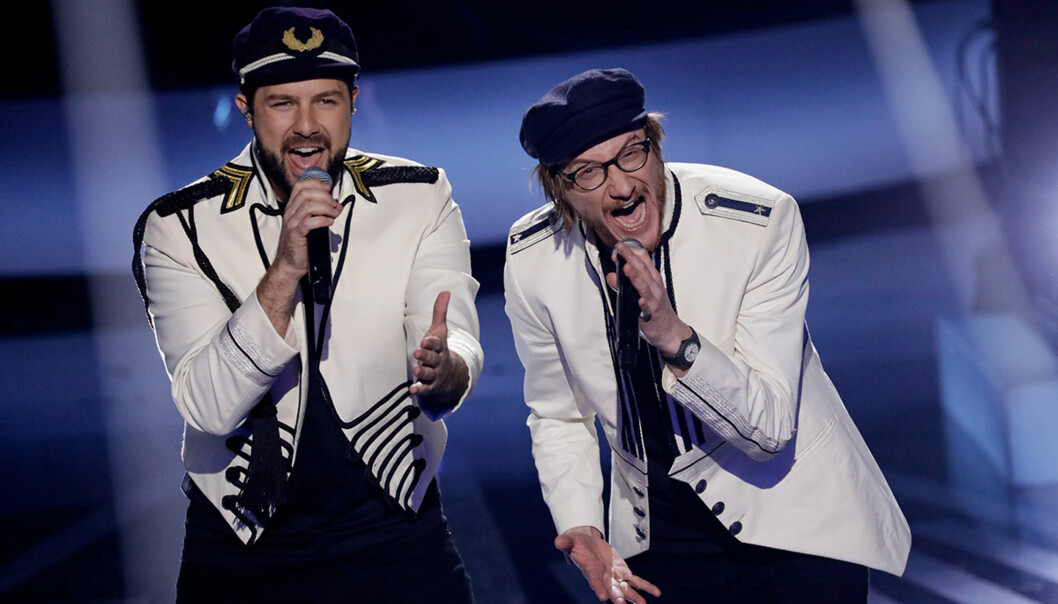 FINALISTER: Didrik og Adam åpnet finalen sammen lørdag kveld. Foto: NRK