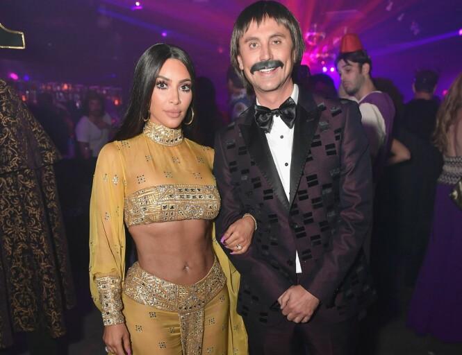<strong>KOM SOM CHER OG EKTEMANNEN:</strong> Kim Kardashian hadde for anledningen kledd seg ut som Cher, mens kompisen Jonathan Cheban kom utkledd som Chers ektemann, Sonny Bono. Foto: AFP/ NTB Scanpix.