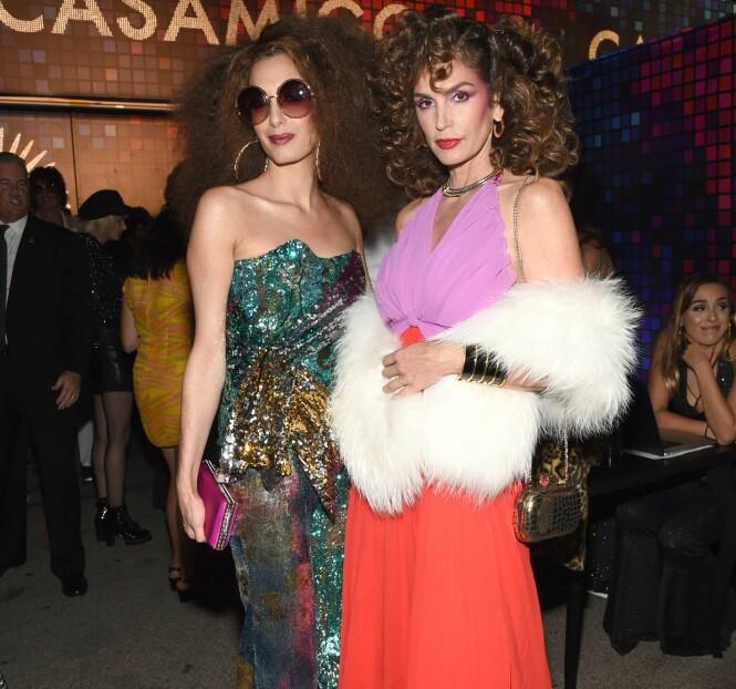 <strong>70-TALLS HALLOWEEN:</strong> Amal Clooney og Cindy Crawford og på Tequila Casamigos årlige halloween-fest i Los Angeles, hvor ektemennene stod som arrangører. Foto: Shutterstock/NTB Scanpix