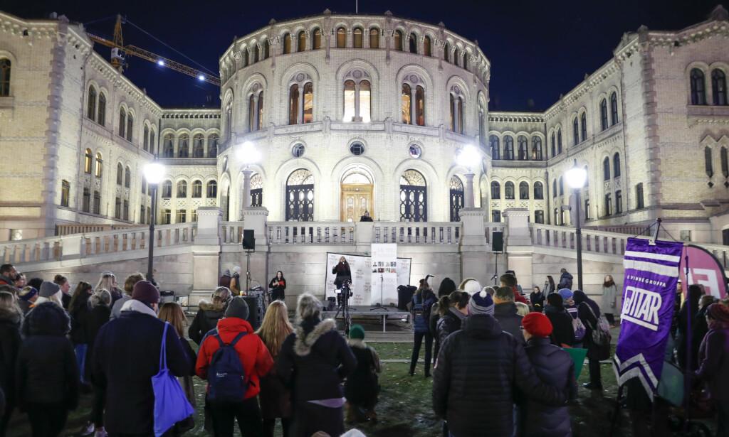 DEMONSTRERTE: Flere hundre møtte opp utenfor Stortinget, ifølge NTB. Foto: Torstein Bøe / NTB scanpix