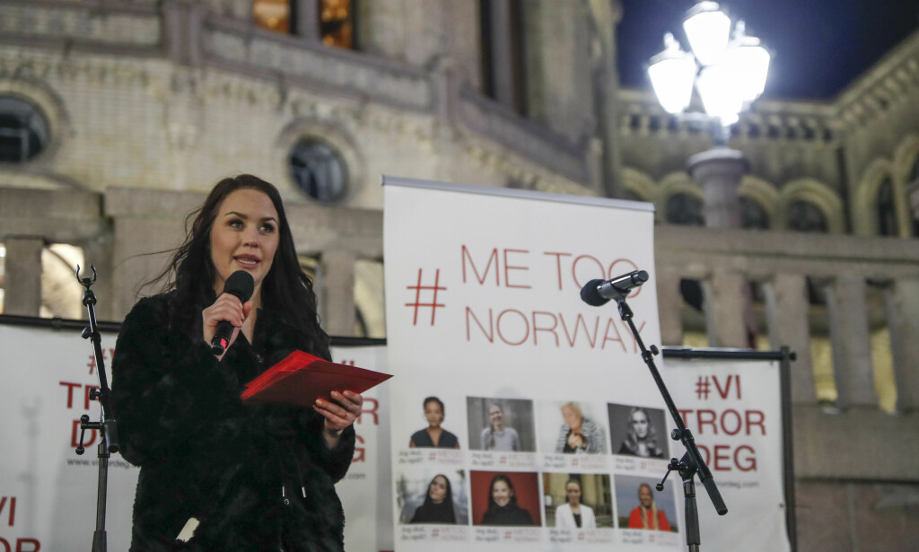 HOLDT APPELL: Initiativtaker June Holm talte under #MeToo-markeringen foran Stortinget søndag kveld.  Foto: Torstein Bøe / NTB scanpix