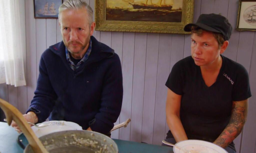 FÅR SÅ HATTEN PASSER: Geir Magne Haukås får en alvorlig mine når Karianne Amlie Wahlstrøm snakker til ham. Til høyre sitter Eunike Hoksrød. Foto: TV 2