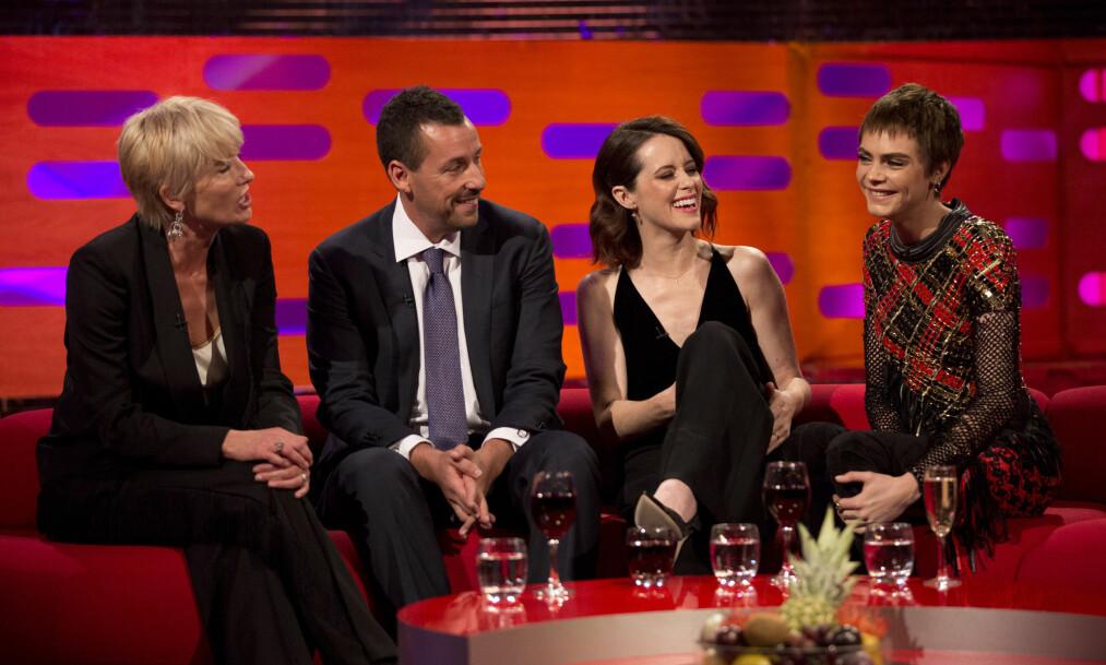 <strong>I HARDT VÆR:</strong> Skuespiller Adam Sandler får kjeft av tv-seere etter intervjuet hos talkshow-vert Graham Norton fredag kveld, etter at han tok flere av sine kvinnelige skuespillerkolleger på låret. Foto: NTB Scanpix