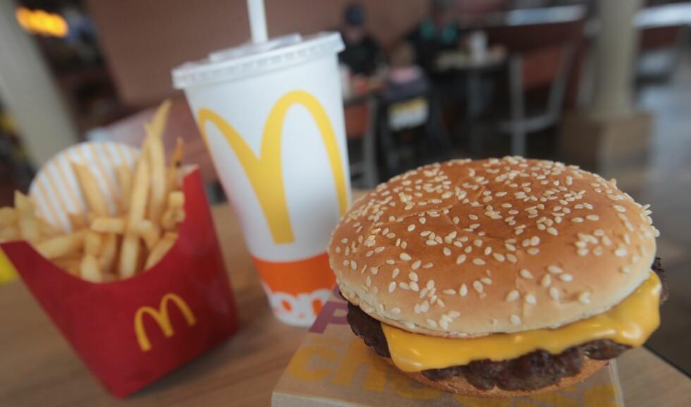KLASSIKER: McDonald's utvider den velkjente burgermenyen med mer trendy produkter, og får skryt fra mat- og markedsføringsekspertene. Foto: AFP/NTB Scanpix