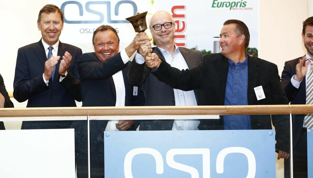 SUKSESS: Europris-gründer Terje Høili (nr.2 fra v.) med administerende direktør Pål Wibe (m. briller) og medgründer Wiggo Erichsen (t.v.) da Europris ringte i åpningsbjella under børsnoteringen på Oslo Børs i juni 2015. Foto: NTB Scanpix