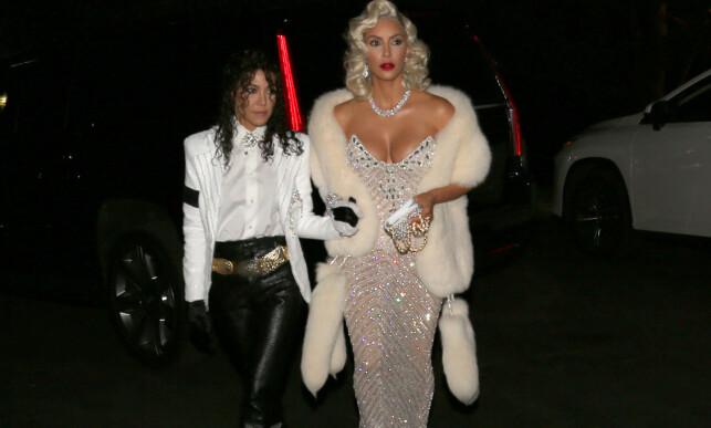 HALLOWEEN-BONANZA: Kim Kardashian hadde hele tre antrekk klare for halloween i år. Her har hun og søsteren Kourtney kledd seg ut som Madonna og Michael Jackson. Foto: Splash News, NTB scanpix.