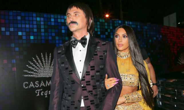 HALLOWEEN-BONANZA: Kim Kardashian hadde hele tre antrekk klare for halloween i år. Bestekameraten Jonathan Cheban kledde seg ut som Sonny, mens Kim gikk som Cher. Foto: Splash news, NTB scanpix.