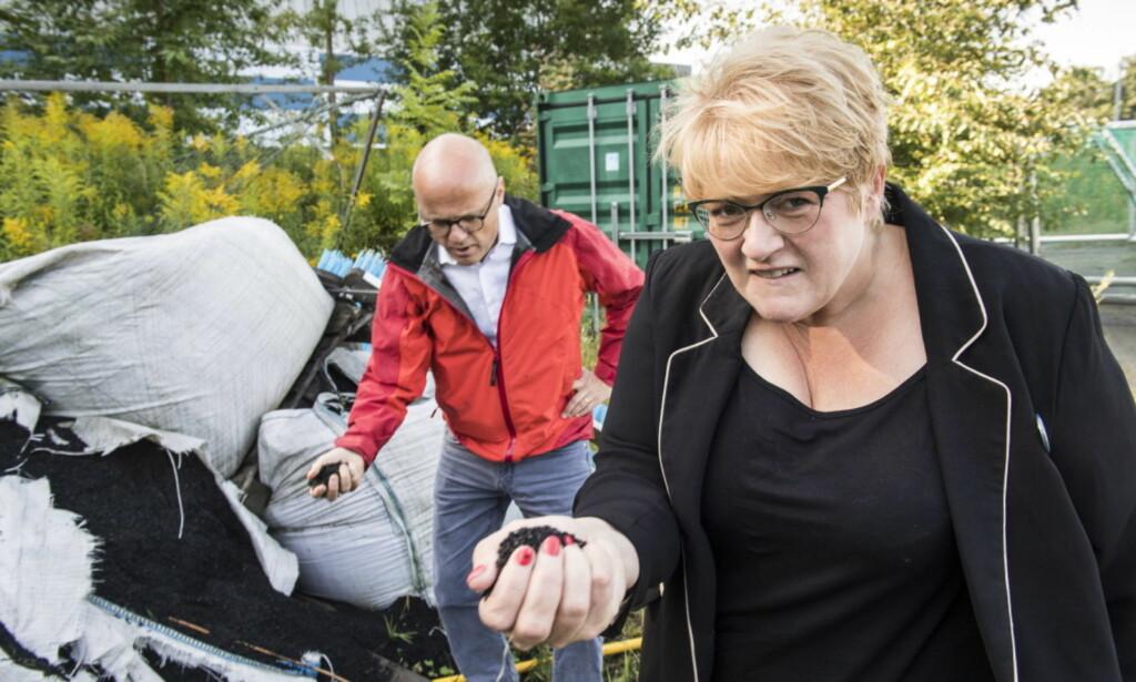 REAGERER: Klima- og miljøminister Vidar Helgesen (Høyre) og Venstre-leder Trine Skei Grande er kritiske til bruk av gummigranulat på kunstgressbaner i Norge. Her er de utenfor Vallhall i Oslo. Foto: Lars Eivind Bones / Dagbladet