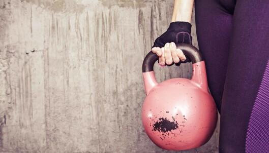 KETTLEBELL: Du har kanskje sett de store kulene liggende på treningssenteret? Dette er en veldig gunstig måte å trene hele kroppen - også magemusklene. FOTO: NTB scanpix