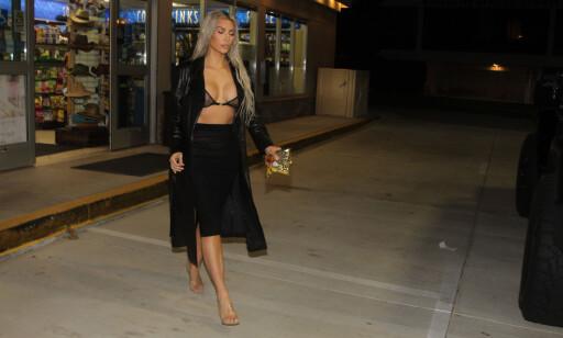 NATTMAT: Mange liker godteriet fra den tyske produksenten, og vise det. Her er Kim Kardashian fotografert med en godtepose kjøpt på bensinstasjon utpå natta. Foto: SPLASH NEWS/NTB SCANPIX
