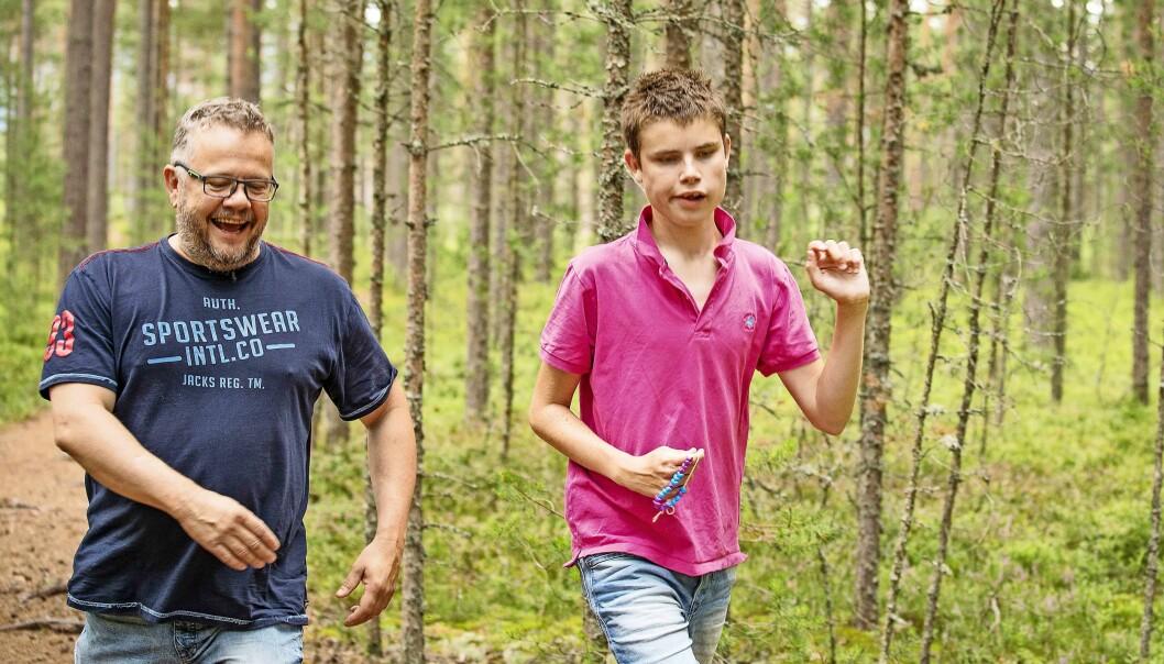 UT PÅ TUR, ALDRI SUR: - Jeg kommer i godt humør når jeg går i skogen med Andreas, sier pappa Truls Nebell. Foto: Tor Lindseth