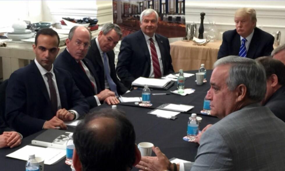 SAMMEN MED TRUMP: George Papadopoulos (til venstre). Foto: Donald Trump's Twitter account via AP / NTB Scanpix