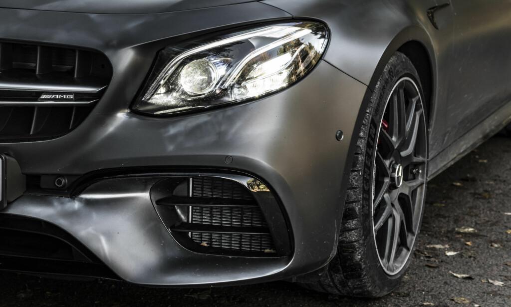 STORSVELGER: Brutale biler selger mer enn noen gang. E63 må dessuten svelge enorme mengder luft. Derfor har den ekstra store funksjonelle luftinntak for å kjøle motor, gir og bremser. Foto: Jamieson Pothecary