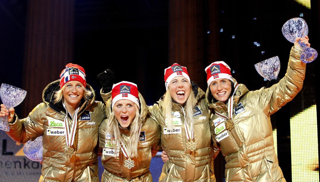 GULLJENTER: Vibeke Skofterud, Therese Johaug, Kristin Størmer Steira og Marit Bjørgen mottok hyllest under gullmedaljeseremonien i forbindelse med stafett 4 x 5 km under VM i Holmenkollen i 2011. Foto: NTB Scanpix