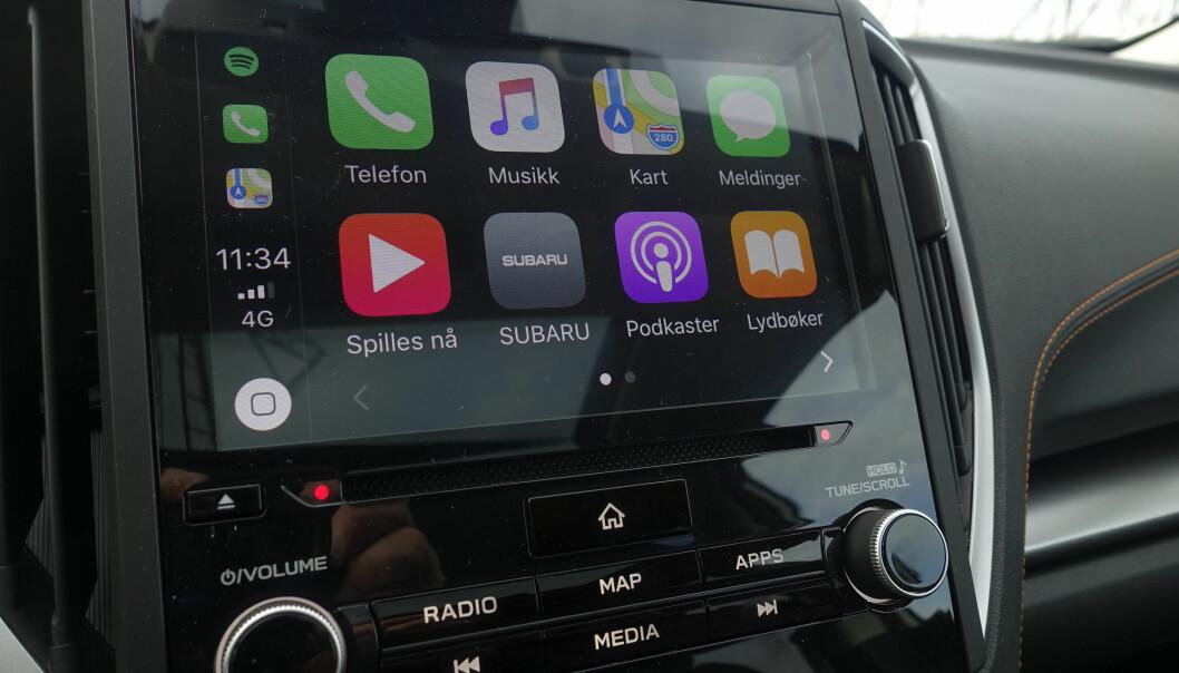 <strong>8-tommer:</strong> Vegg til vegg glassplate og Apple CarPlay gir gode muligheter. Brukervennligheten på systemet generelt er enkelt å forholde seg til. Foto: Rune M. Nesheim