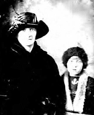 UTVANDRET: Aagot Iversen Gulbrandsen, her sammen med datteren Ruth i 1922, er en av over en million mennesker som ligger begravet på Hart island i New York. Foto: The Hart Island Project