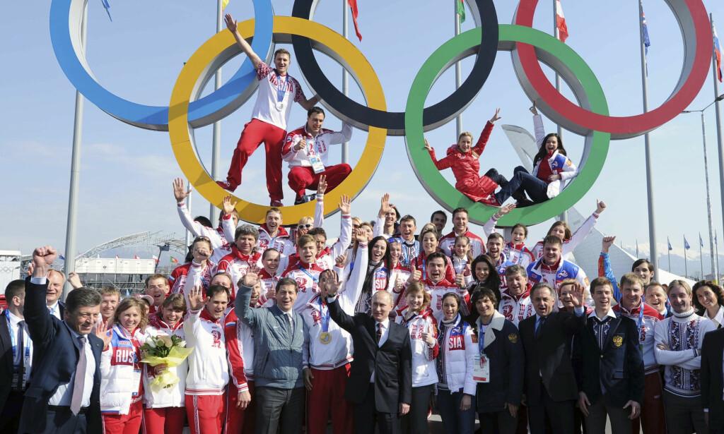 BESTE NASJON: Vladiimir Putin jubler med den russiske OL-troppen etter at Russland ble beste nasjon i Sotsji-OL 2014. FOTO: REUTERS/Mikhail Klimentyev