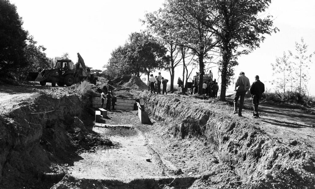 MASSEGRAV: I over hundre år har Hart Island blitt brukt til å begrave døde mennesker. Her blir en massegrav gjort klar. Jobben ble gjort av fengselsinnsatte. Foto: Foto: ©1990 Claire Jaffa / The Hart Island Project