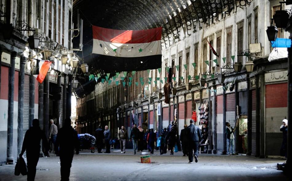 DAMASKUS I GÅR: Småbutikkene på Hamidiya-markedet i den gamle delen av byen åpnes for dagen. Norge har ikke noe å gjøre militært i Syria, skriver artikkelforfatteren. Foto: Louai Beshara / AFP / NTB Scanpix