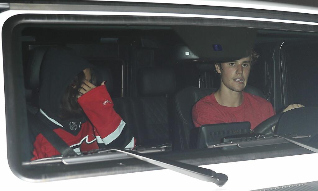 HEMMELIG DATE: Justin Bieber og Selena Gomez ble observert på hemmelig ishockey-date. Foto: NTB Scanpix