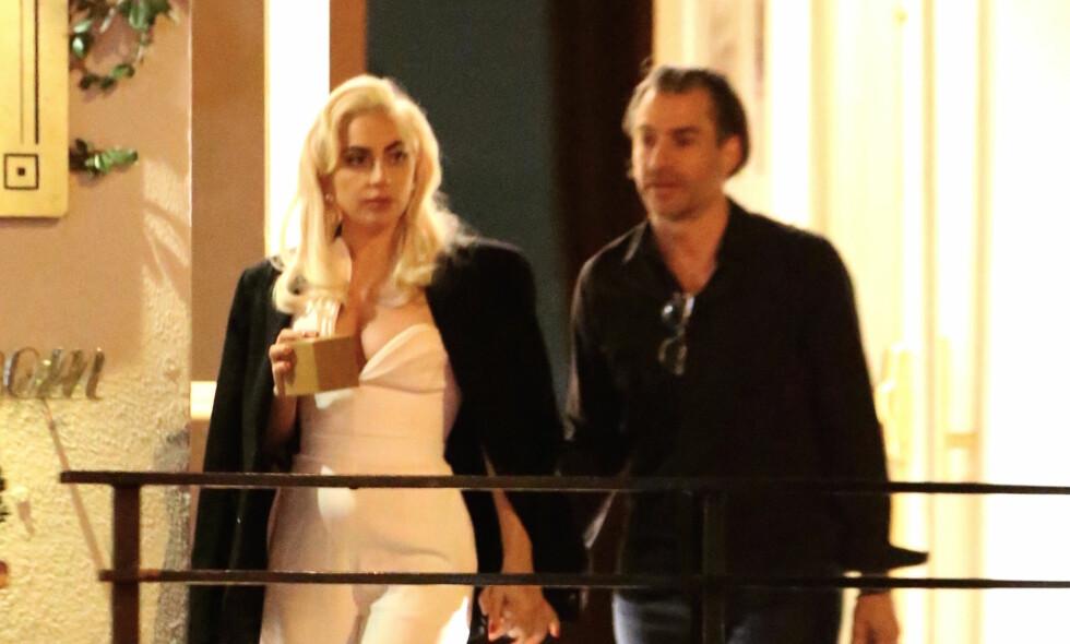 FORLOVET: Popstjernen Lady Gaga har forlovet seg Christian Carino. Her sammen i Los Angeles tidligere i år. Foto: NTB Scanpix