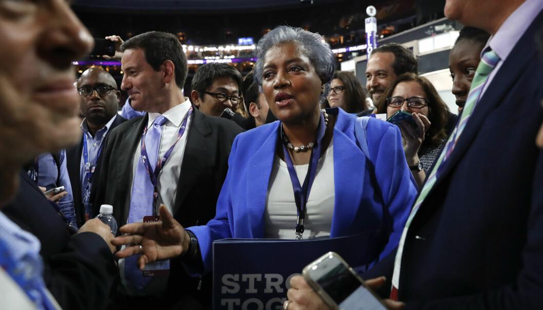 <strong>I NY BOK:</strong> Donna Belize, tidligere leder av det demokratiske partiet, mener at finansieringen av valgkampen gjorde at Clinton vant over Sanders. Foto: NTB Scanpix