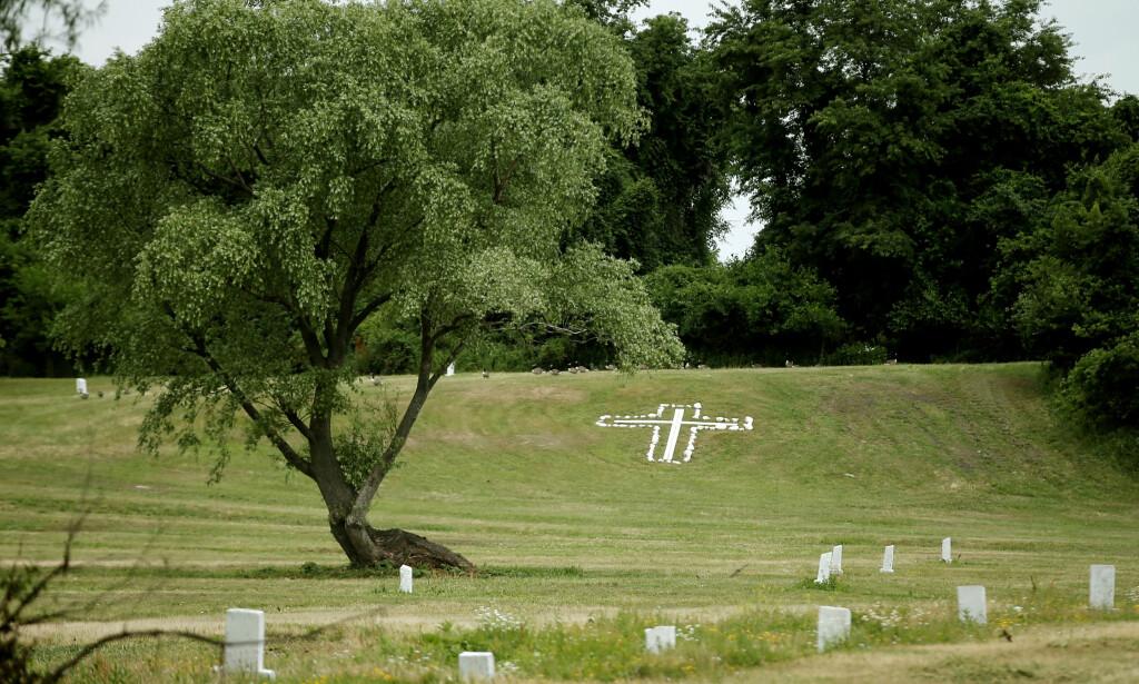 MINNESMERKE: På Hart island begraves mennesker uten seremonier. Først i de senere år har det begynt å dukke opp minnesmerker over alle de som er stedt til hvile her. Foto: Reuters / NTB Scanpix