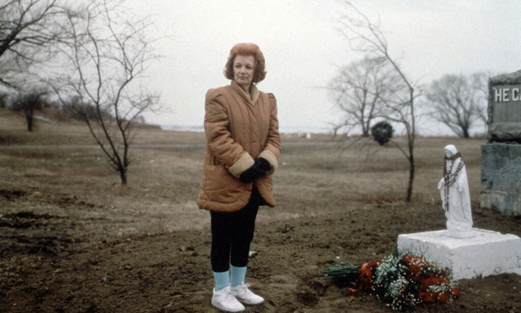 MINNES DATTEREN: Vicky Pavia besøker sin datters grav på Hart Island i 1994. Foto: ©1992 Joel Sternfeld / The Hart Island Project