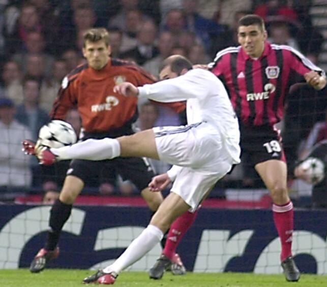 PERLESCORING: Zinedine Zidane med scoringen mot Bayer Leverkusen. Foto: AP Photo/Denis Doyle/NTB Scanpix