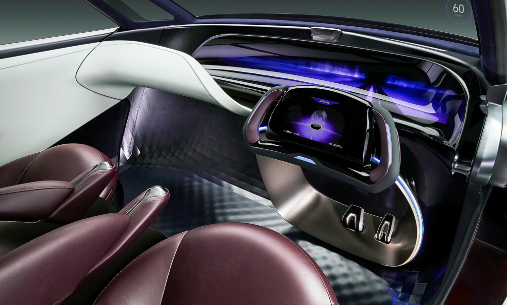 FORTSATT MED RATT: Futuristisk er det, og en kunstig intelligent agent er på plass, men både pedaler og ratt hører fortsatt til. Foto: Toyota