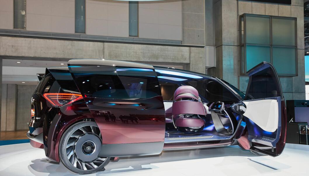 <strong>KOMFORT-KONSEPT:</strong> Det er temaet komfort som er i fokus når Toyota, her på bilmessen i Tokyo, viser hvordan de ser for seg at de vil viderutvikle sin satsing på hydrogendrevne biler. Det er imidlertid ikke snakk om en 100 prosent selvkjørende bil. Foto: Newspress