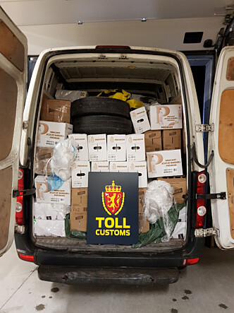 VAREBIL: Det kommer også mye ulovlig alkohol over grensa i varebiler. Denne ble stoppet på vei til Trondheim med nær 5000 liter alkohol i lasten. Foto: Tolletaten / NTB scanpix
