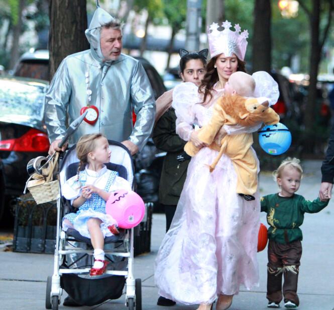 <strong>GJENNOMFØRT:</strong> Alec og Hilaria Baldwin kledde opp seg selv og sine tre barn som rollefigurer fra «Trollmannen fra Oz» i anledning årets Halloween-feiring. Foto: MediaPunch/REX/Shutterstock/ NTB scanpix