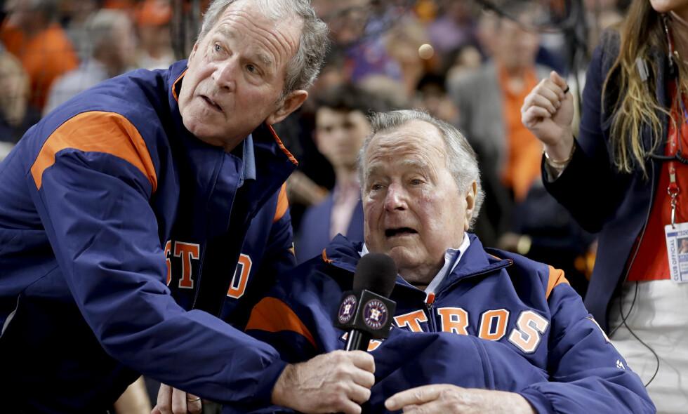 KRITISKE: Far og sønn Bush er kritiske til president Donald Trump. Det kommer fram i en ny buk. Foto: AP Photo / David J. Phillip / NTB scanpix