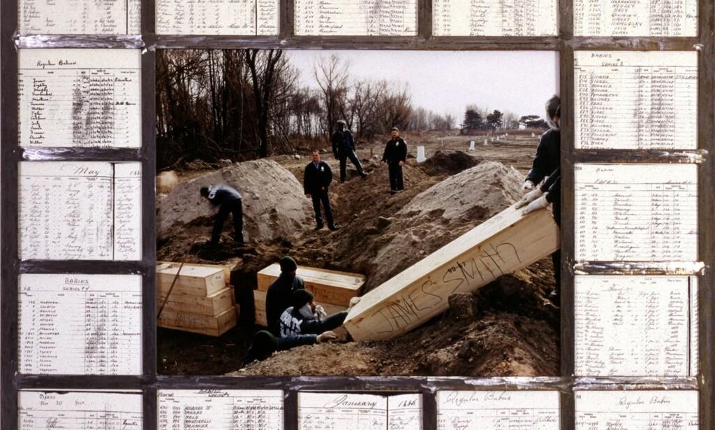 MASSEGRAVER: Dette bildet er tatt i 1992 og viser en massebegravelse på Hart Island. Fengselsinnsatte gjorde jobben. Bildet er flankert av gamle begravelsesprotokoller. Foto: ©1992 Joel Sternfeld courtesy The Hart Island Project