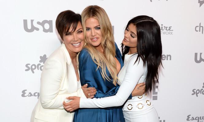 SAMMENSVEISET: På tross av utroskapsryktene rundt Tristan Thompson skal familien ha valgt å stå samlet. Her er Kris Jenner, Khloé Kardashian og Kylie Jenner avbildet sammen. Foto: NTB Scanpix