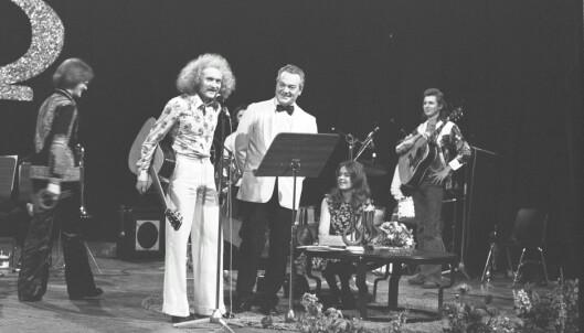 SAFT: Bandet fikk Spellemannsprisen i 1973 - her fra utdelingen i Chateau Neuf i 1974 med programleder Rolf Kirkevaag.  Foto: Svein Boye Andersen /Dagbladet